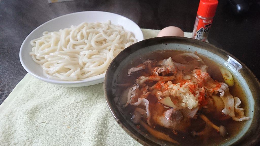 今日の昼飯は肉汁うどん