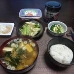 今夜の晩飯 米と味噌と納豆と野菜と・・・