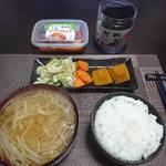 今夜の晩飯 米と味噌と少しの野菜を食べ…