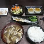 今夜の晩飯 米と味噌と少しの野菜と秋刀魚の塩焼き