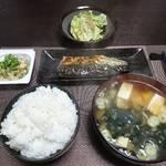 今夜の晩飯 米と味噌と少々の野菜に鯖の塩焼き