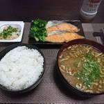 今夜の晩飯 米と味噌と少しの野菜と鮭のムニエル