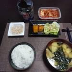 今夜の晩飯 米と味噌と少しの野菜と納豆