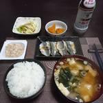 今夜の晩飯 米と味噌と少しの野菜とアジの焼魚、そして一杯。