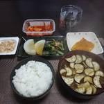 今夜の晩飯 米と味噌と少しの野菜を食べて