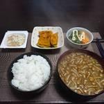 今日の晩飯 米と味噌と少しの野菜を食べ