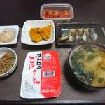 今夜の晩飯 米と味噌と少しの野菜と真鯖の切り身