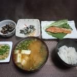 今夜の晩飯 米と味噌と少しの野菜と鮭バター焼き