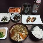 今夜の晩飯 米と味噌と少しの野菜と鯵の切り身