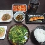 今夜の晩飯 米と味噌と少しの野菜と焼き魚