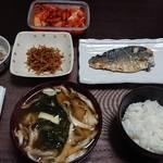 今夜の晩飯 米と味噌と少しの野菜とサバの塩焼き