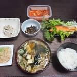 今夜の晩飯 米と味噌と少しの野菜と鮭の塩焼き