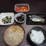 今夜の晩飯 米と味噌と少しの野菜と鯵の塩焼き