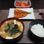 今夜の晩飯 米と味噌とアジフライ
