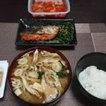 今夜の晩飯 米と味噌と少しの野菜と鮭のバター焼き
